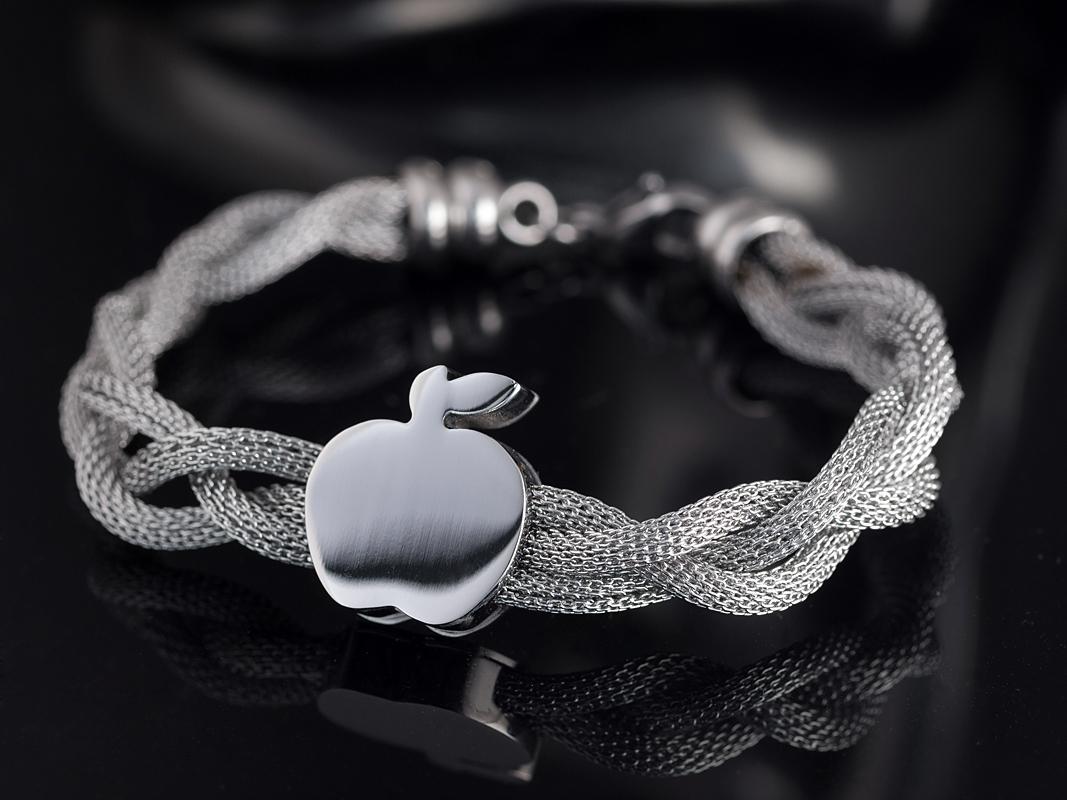 jewelry продуктова снимка на гривна с ябълка