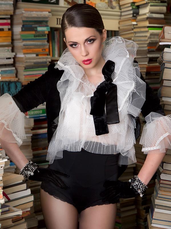 Кристина Мишева фото-сесия в антикварна книжарница